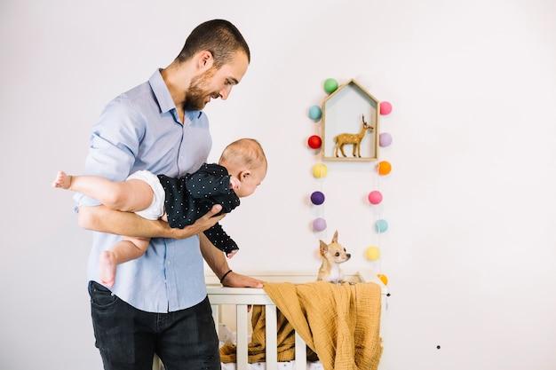 Vader die hond toont aan baby