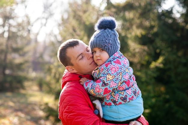 Vader die met dochter op handen loopt
