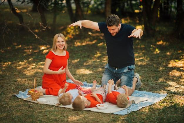 Vader die met zijn kinderen in openlucht speelt