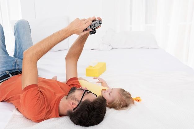 Vader die selfie van hem en baby neemt