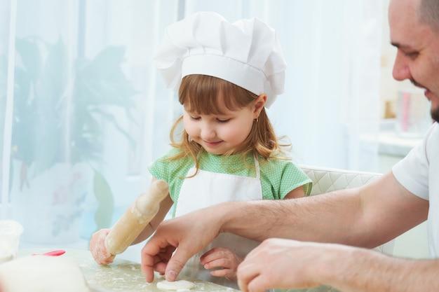 Vader die voedsel met mijn dochter voorbereidt