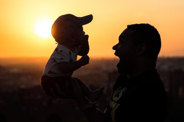 Vader die zijn baby vasthoudt