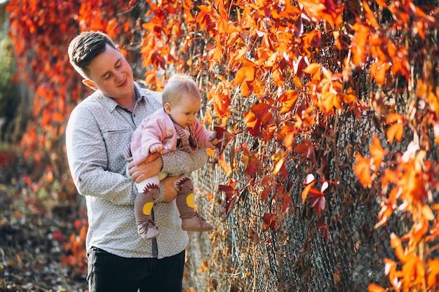Vader die zijn babydochter in park houdt