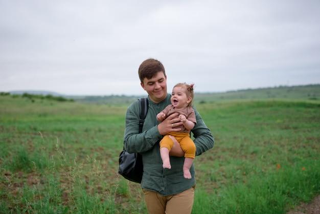 Vader die zijn dochtertje in zijn armen
