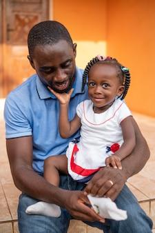 Vader die zijn kleine babymeisje vasthoudt