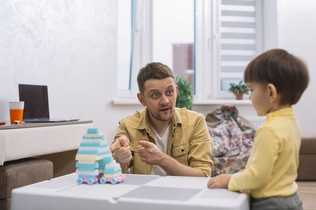 Vader die zijn zoon een stuk speelgoed toont