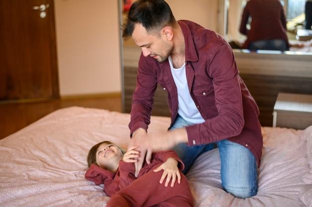 Vader die zijn zoon kietelt
