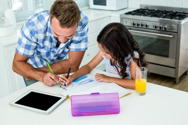 Vader dochter bijstaan bij het maken van huiswerk