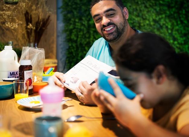 Vader en dochter aan de eettafel