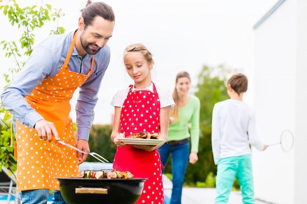 Vader en dochter barbecue samen