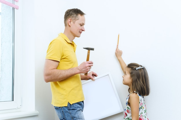 Vader en dochter beslissen waar de foto komt te hangen