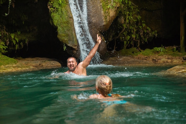 Vader en dochter bij een waterval in de jungle.turkije