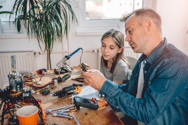 Vader en dochter bouwrobot
