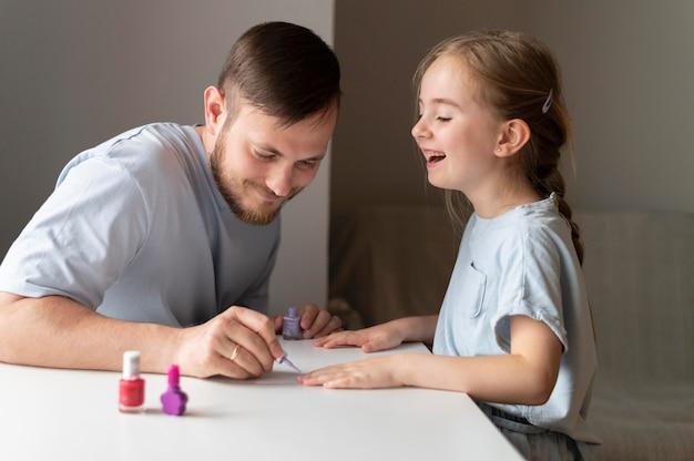 Vader en dochter brengen tijd samen door