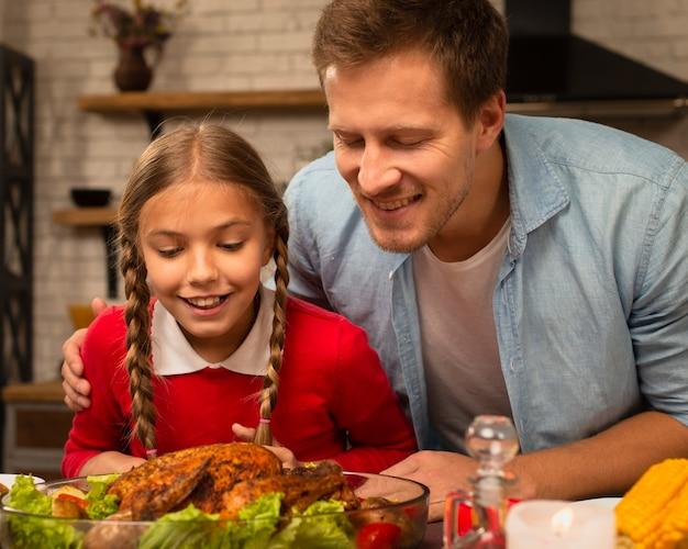 Vader en dochter die de gekookte turkije ruiken