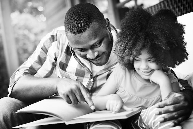 Vader en dochter die een boek lezen