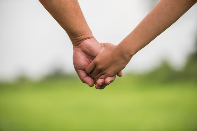 Vader en dochter die hand in hand samen houden