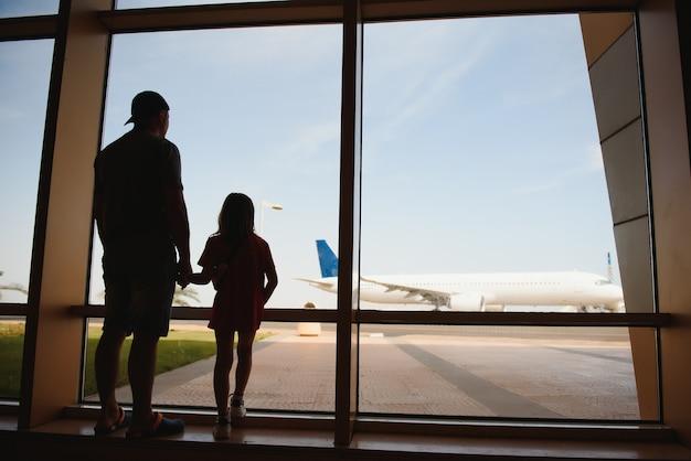 Vader en dochter die lange tijd op de luchthaven verbleven.