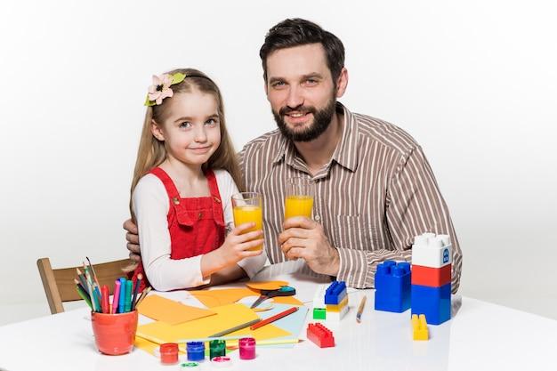 Vader en dochter die sap drinken