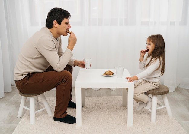 Vader en dochter die thuis samen eten