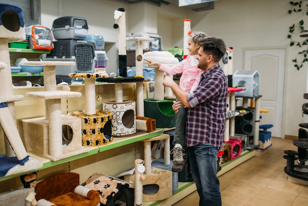 Vader en dochter die voorraden in dierenwinkel kopen