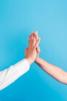 Vader en dochter doen high five