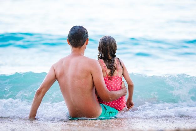 Vader en dochter genieten van strandvakantie