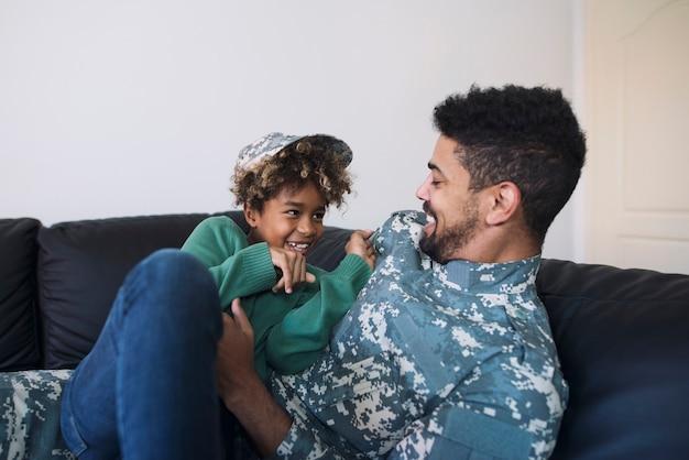 Vader en dochter hebben plezier en genieten van het samenzijn