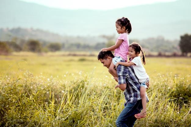 Vader en dochter hebben plezier en spelen samen in het maïsveld