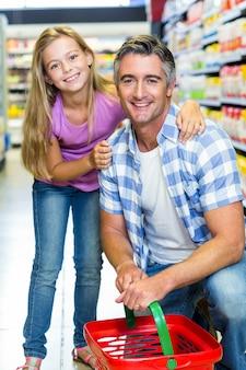 Vader en dochter in de supermarkt