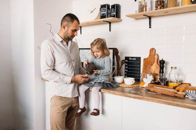 Vader en dochter in keuken thuis