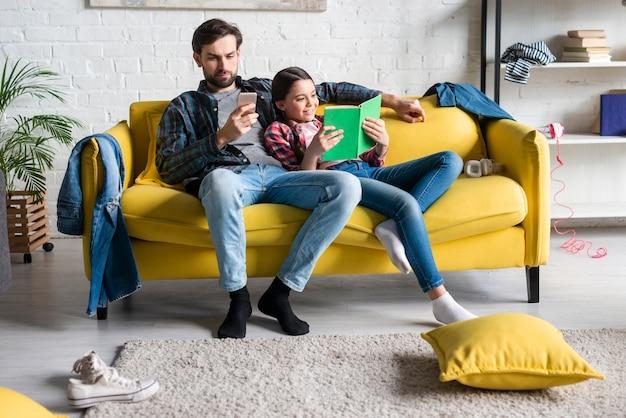 Vader en dochter in slordige woonkamer