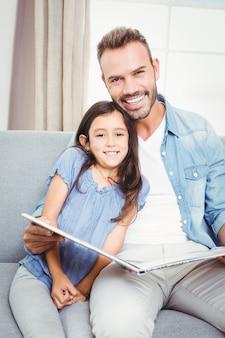 Vader en dochter lezen van een boek