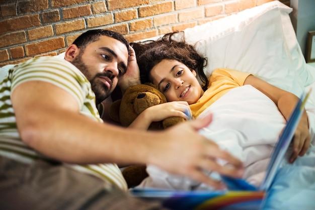 Vader en dochter lezen verhalenboek