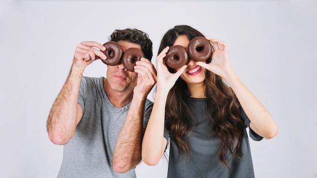 Vader en dochter met plezier met donuts