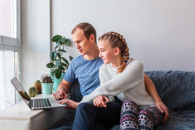 Vader en dochter met video-oproep met grootouders op laptop blijf thuis, communicatie op afstand concept