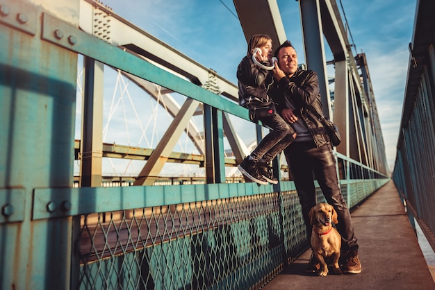 Vader en dochter ontspannen op brug en muziek luisteren