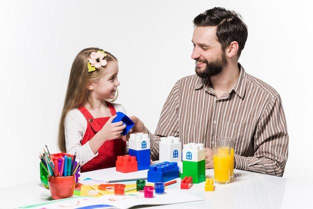 Vader en dochter samen educatieve spelletjes spelen