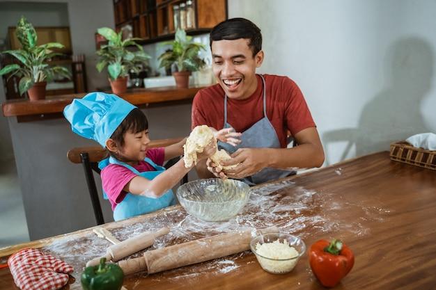 Vader en dochter samen koken