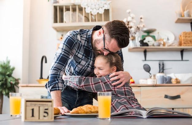 Vader en dochter samen op ontbijttafel