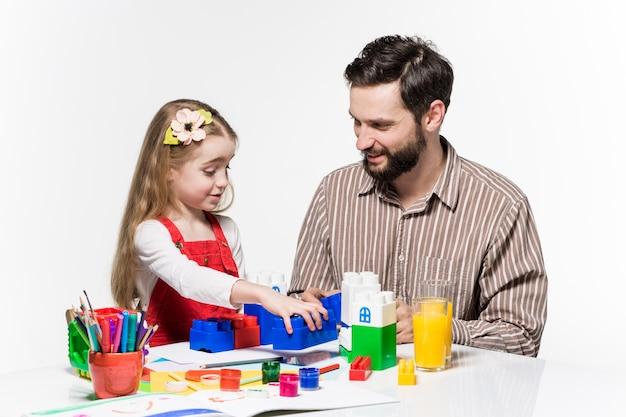Vader en dochter samen spelen van educatieve spelletjes