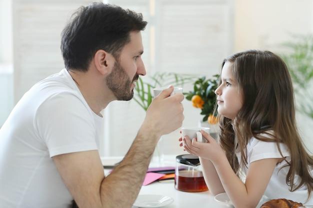 Vader en dochter samen thuis