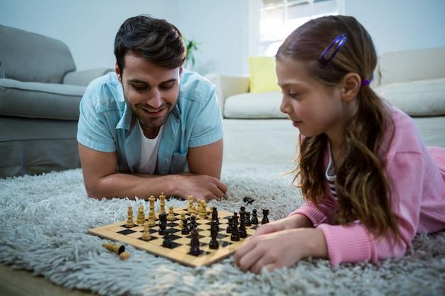 Vader en dochter schaken in de woonkamer