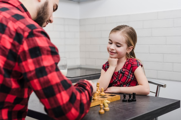 Vader en dochter schaken op vadersdag