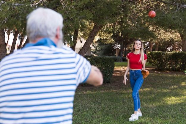 Vader en dochter spelen honkbal