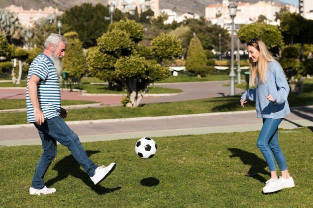Vader en dochter spelen met de bal