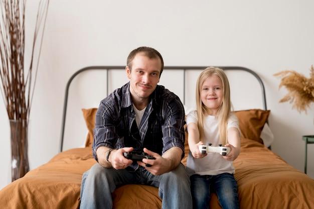 Vader en dochter spelen met joystick