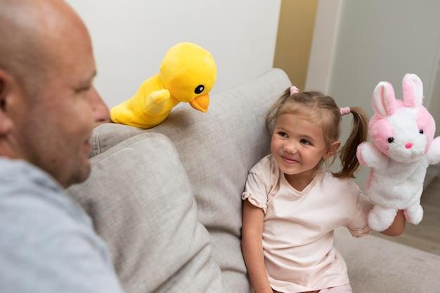 Vader en dochter spelen met poppen