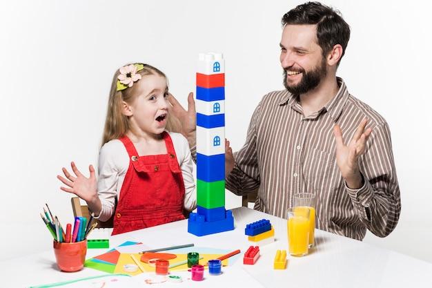 Vader en dochter spelen samen educatieve spellen