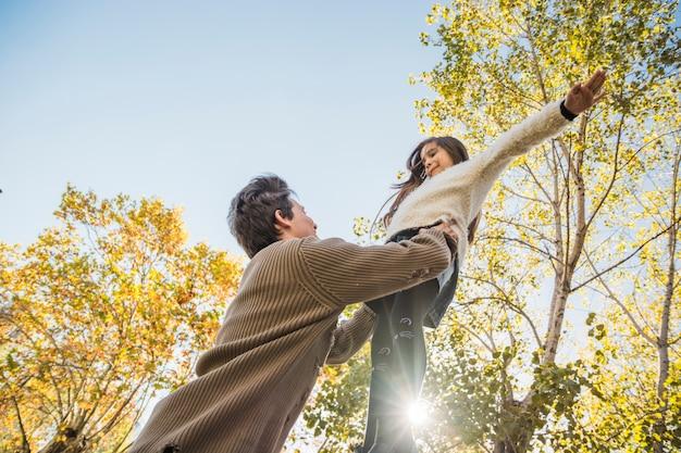 Vader en dochter spelen samen in het park